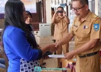Camat Barangin menyerahkan bantuan BAZ bagi warga kurang mampu. (tumpak)