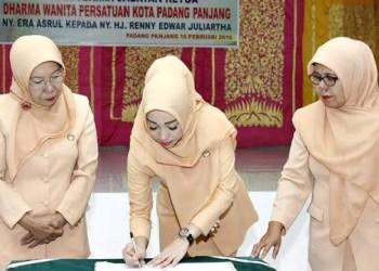Serah terima jabatan Ketua DW Padangpanjang. (isril)