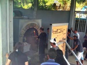 Warga Etnis Tionghoa di Padang sedang melakukan prosesi pembakaran mayat (kremasi). (baim)