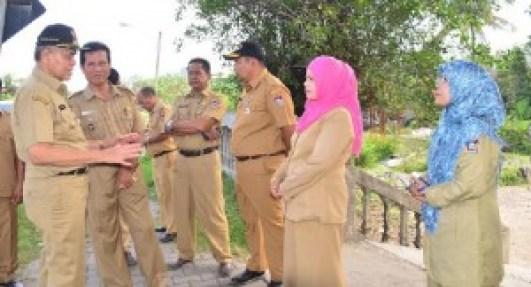 Wawako Padang, Emzalmi bersama sejumlah ASN saat memantau kondisi di Jalan Samudra. (der)