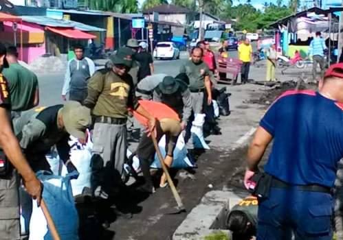 Aksi bersih pasar oleh Satpol PP Agam. (fajar)