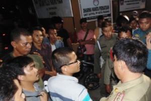 Mahasiswa melancarkan aksi protes ke Mako Pol PP Kota Padang
