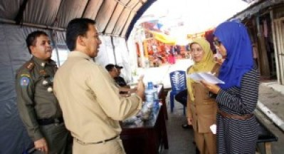 Uni Favorit Padangpanjang 2015 Yuliza Zein bersama Asisten I dan Kadisporabudpar ikut terlibat dalam proses pemindahan pedagang pasar agar berjalan tertib dan lancar. (Foto: Dok. Humas Pemko