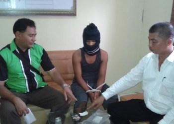 Paur Humas, Yan Firzal (samping kiri) bersama tersangka kurir sabu (tengah) dan Kaur Binops Polres Agam, Syafrizal. (fajar)