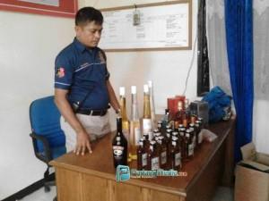Puluhsn Botol minuman keras impor yang berhasil disita Petugas Reskrim Polres Kota Sawahlunto dalam operasi Selasa (15/3) malam. (tumpak)