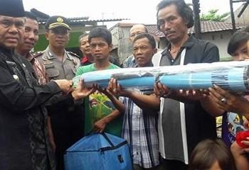 Wakil Walikota Padang Emzalmi menyerahkan bantuan untuk korban kebakaran. (derius)