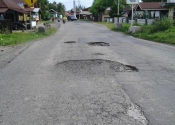Salah satu titik lubang di sekitar Pasar Tiku, Kec. Tanjung Mutiara. (fajar)