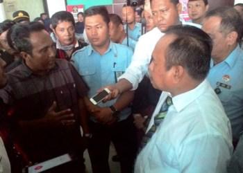 Puluhan Jurnalis Sumbar gelar aksi solidaritas ke Kanwil Kemenkum HAM. (febry)