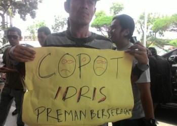 Salah seorang jurnalis TV membawa spanduk saat galang aksi solidaritas di Kanwil Kemenkum HAM Sumbar, Rabu (20/4). (febry)
