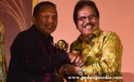 Menteri Bappenas, Syofyan Djalil menyerahkan penghargaan pada Walikota Sawahlunto, Ali Yusuf. (tumpak)