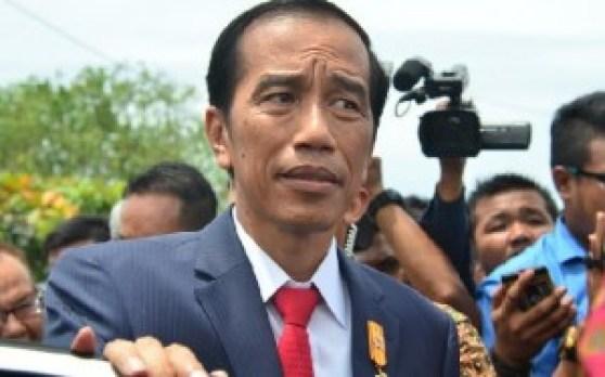Presiden Jokowi usai meresmikan Monumen Merpati Perdamaian di Pantai Muaro Lasak, Padang, Selasa (12/4). (der)