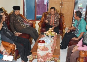 Wawako Padang mengunjungi kediaman orang tua Wendi, korban sandera kelompok Abu Sayyaf. (humas pemko Padang)