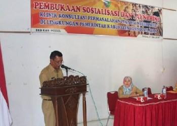 Wabup Pessel, Rusma Yul Anwar membuka sosialisasi sekaligus launching klinik konsultasi PNS di Pemkab Pessel. (riko)