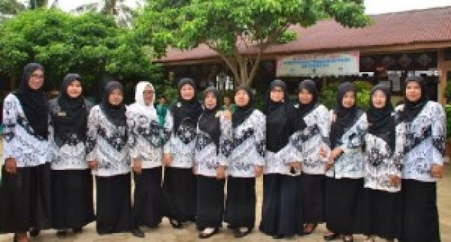 Guru-guru SD 30 Aia Dingin, Kel.Balai Gadang, Padang. (der)
