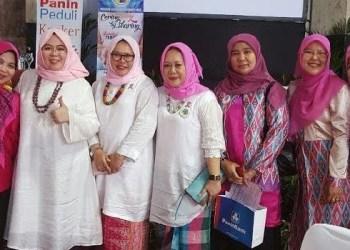 Ketua  Makassar Cancer Care Community ( MC3), Dr.Nurlinah Subair, M.Si (tengah) bersama  peserta dan panitia seminar kanker payudara. (ist)