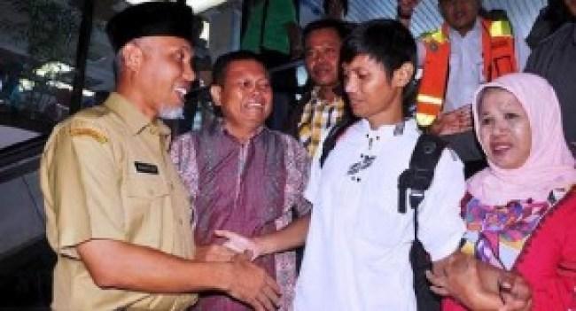 Korban sandera kelompok Abu Sayyaf asal Pauh, Padang, Wendi tiba di Padang, Selasa (3/5). (der)
