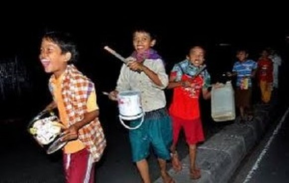 Anak-anak membangunkan sahur keliling kampung. (foto: youtube)