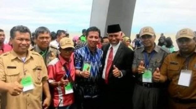 Camat Padang Barat, Arfian (tengah, baju biru) bersama Walikota Padang beberapa waktu lalu. (baim)