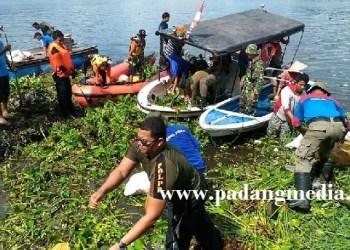 Pembersihan Danau Maninjau oleh masyarakat setempat. (dok)