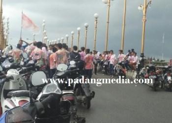 Konvoi pelajar SMP merayakan kelulusan di Jembatan Siti Nurbaya. (baim)
