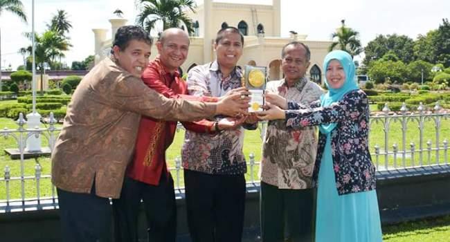 Walikota Padangpanjang Hendri Arnis bersama para kepala SKPD Pemko foto bersama Piala Adipura Buana. (HUMAS)