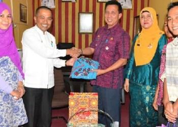 Camat Padang Barat Arfian menerima cenderamata dari Camat Tarusan, Hadi Susilo saat melakukan kunjungan ke Kecamatan Padang Barat, Kamis (21/7). (der)