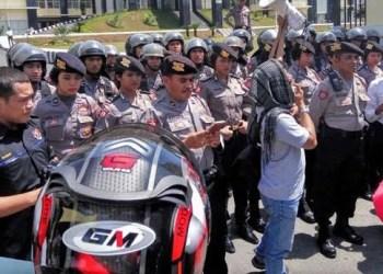 Aksi demo wartawan di Mapolda Sumbar mengecam ancaman dan intimidasi terhadap wartawan Padangpanjang, Senin (18/7). (foto: hariansinggalang)