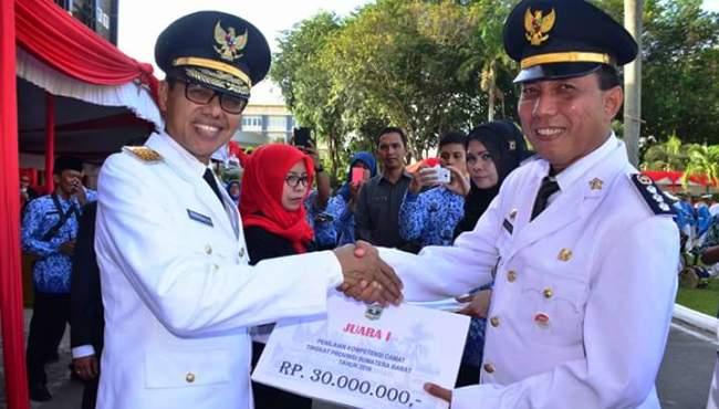 Penyerahan penghargaan sebagai Camat Terbaik oleh Gubernur Sumbar Irwan Prayitno kepada Camat Padang Barat Arfian, Rabu (17/8). (derius)