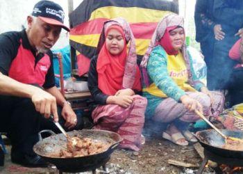 """Walikota Padang Mahyeldi ikut """"marandang"""" dalam Festival Kuliner Nusantara Soto, Sate dan Rendang di Pantai Padang, Rabu (3/8). (derius)"""