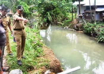 Wakil Walikota Padang Emzalmi meninjau beberapa wilayah yang terendam banjir di Lubuk Begalung, Selasa (2/8). (derius