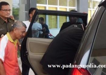 Salah seorang mantan pegawai BPN Agam yang ditahan Kejari Lubuk Basung, Senin (15/8). (fajar)