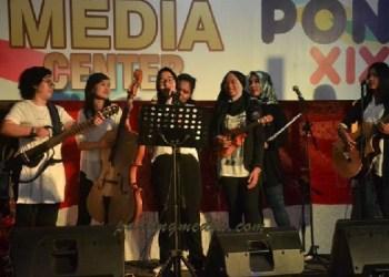 Keroncong 7 Putri menghibur wartawan peliput di media center PON XIX. (tumpak)