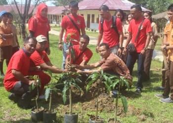 Korps Indonesia Muda Kab.Kepulauan Mentawai melakukan penaman pohon. (ers)