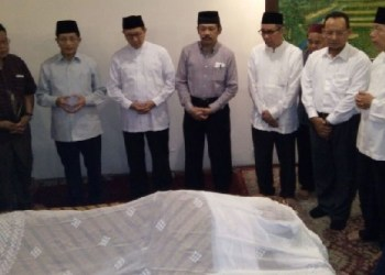 Menteri Agama Lukman Hakim Saefuddin bersama yang lainnya saat di rumah duka mantan Menag Maftuh Basyuni. (foto: humas Kemenga)