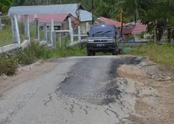 Jalan rusak di Sei Durian Kel. Durian II, tepatnya depan Samsat Kota Sawahlunto yang rusak parah. (tumpak)