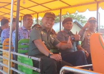Forkopimda Mentawai menaiki mobil odong-odong saat kampanye Pilkada Damai, Jumat (28/10). (ers)