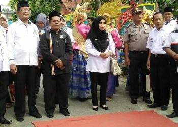 Tim penilai kelurahan berprestasi tingkat Kota Padang saat berada di Kel.Parupuk Tabing Padang. (der)
