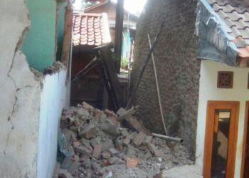 Sebuah rumah yang ambruk sebagian akibat guncangan gempa di Pengalengan, Bandung, Jawa Barat Minggu (6/11). (Sutopo PN)