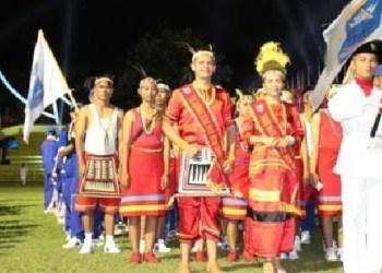 Kontingen Mentawai saat pembukaan Porprov Sumbar XIV di Kota Padang. (ers)