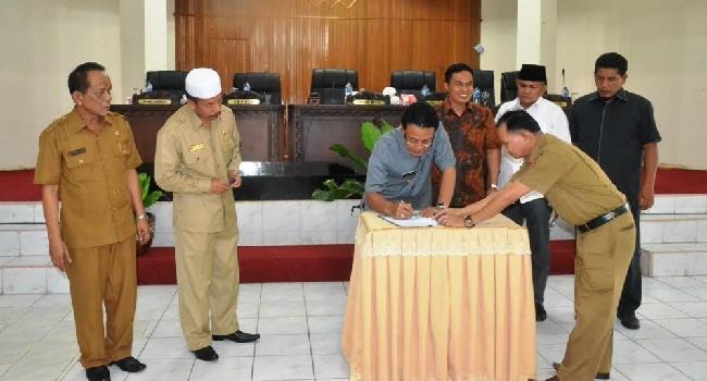 Bupati Agam dan pimpinan dewan menandatangani kesepakatan KUA PPAS RAPBD Agam tahun 2017, Senin (7/11). (fajar)