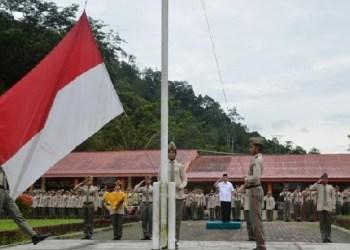Wabup Agam, Trinda Farhan Satria memimpin upacara bendera di SMAN Cendikia, Senin (7/11). (fajar)