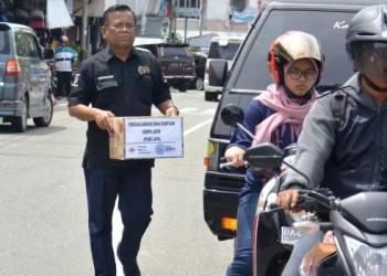 Wartawan Padangpanjang turun ke jalan melakukan aksi penggalangan dana untuk membantu korban bencana gempa Aceh, Rabu (13/12). (HUMAS)