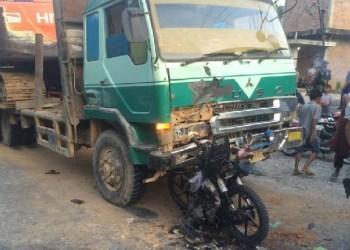 Kecelakaan tronton vs sepeda motor di Jalinsum di Dharmasraya. (eko)