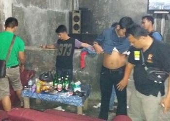 BNNK Sawahlunto - Satnarkoba Polres Dharmasraya gelar Razia narkoba di sejumlah kafe. (foto: eko)
