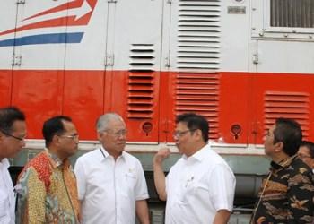 Menperin Airlangga Hartarto meninjau KA petikemas rute Gedebage - Tanjung Priok, Jumat (13/1). (kemenperin)