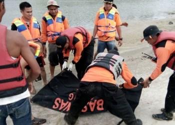 Proses evakuasi korban hanyut Batang Masang yang ditemukan di Pasaman, Rabu (25/1). (fajar)