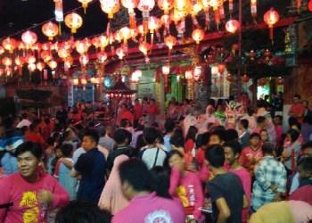 Kemeriahan malam tahun baru Imlek di Kelenteng, Pondok, Kota Padang, Jumat (27/1) malam. (baim)