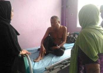 Ketua TP PKK Pessel Lisda Hendrajoni membezuk Sudirman, penderita tumor di RSUD M Zein Painan, Minggu (5/2). (fahmi)