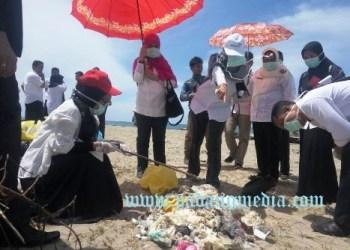 Tim investigasi yang melibatkan DLH Sumbar bersama pihak Kabupaten saat meninjau lokasi penemuan limbah medis di Pantai Tan Sridano, Kecamatan Batangkapas, Pessel beberapa waktu lalu. (fahmi)