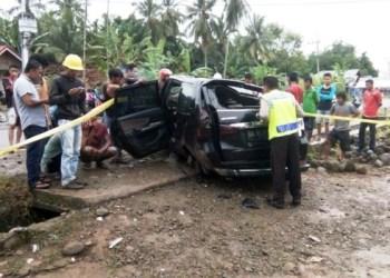 Ini kondisi Avanza yang menabrak truk parkir di Palembayan, Agam, Rabu (1/2). (fajar)
